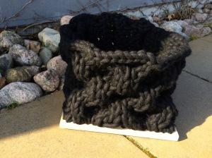Tovat ullgarn stickat i honungskakemönster med björkbottenplatta